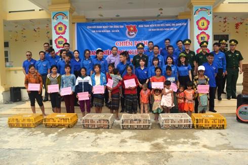 Đoàn tình nguyện đã trao tặng 42 suất quà gồm quạt máy và 200 con gà giống cho bà con ở bản Tăng Ký