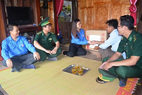 Tổ chức thăm hỏi, tặng quà già làng, trưởng bản, người có uy tín trong xã Lâm Thủy