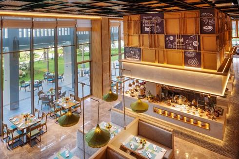 Không gian ấm cúng tại nhà hàng Panorama, Movenpick Resort Cam Ranh