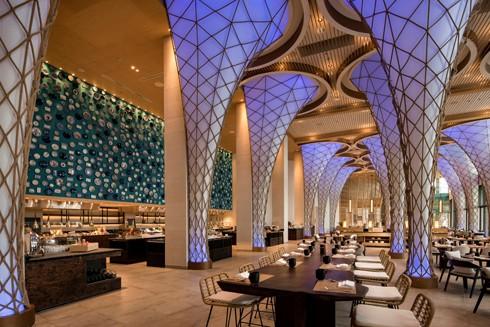 Nhà hàng Sunrise, Radisson Blu ấn tượng với những cột buồm phơi lưới ấn tượng cách điệu