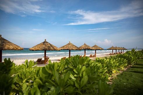 Bãi tắm yên bình, thơ mộng tại Movenpick Resort Cam Ranh và Radisson Blu Resort Cam Ranh