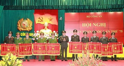 Đại tướng Tô Lâm Ủy viên Bộ Chính trị, Bộ trưởng Bộ Công an trao Cờ thi đua của Chính phủ cho các đơn vị có thành tích xuất sắc trong phong trào thi đua năm 2019 (Ảnh: Doãn Tấn/TTXVN)