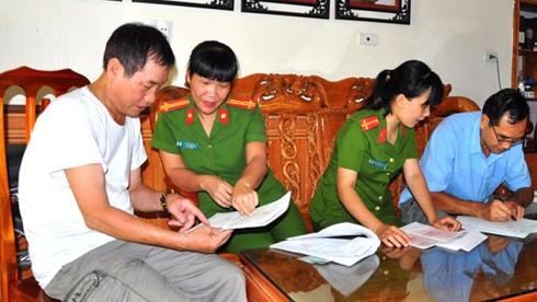 Thượng tá Nguyễn Bích Hợi (thứ 2 từ trái sang) hướng dẫn công tác thu thập thông tin