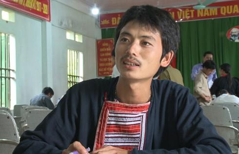 Anh Đặng Láo Xan dân tộc Dao đang nghe tuyên truyền dữ liệu thông tin quốc gia về dân cư