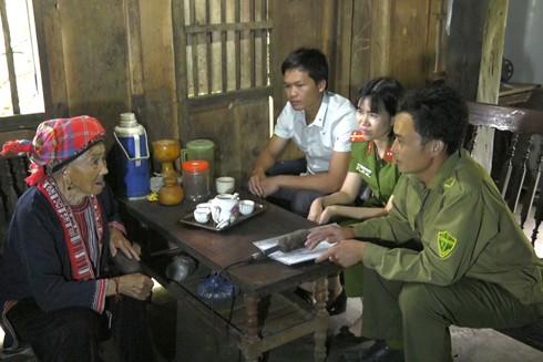 Bà Phượng Mùi Mẩy 97 tuổi - Thôn Tấn Xà xã Nậm Ty huyện Hoàng Su phì Hà Giang . Cảnh sát QLHC đến tận nhà thu thập Dữ liệu Quốc gia về Dân cư.
