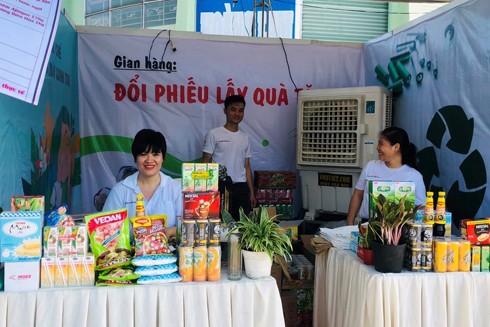 Gian hàng đổi phiếu lấy quà tặng tại Tuần lễ Đồng Nai xanh 2020