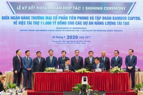 Ông Nguyễn Hưng – Tổng Giám đốc TPBank (trái) và ông Nguyễn Hồ Nam – Chủ tịch HĐQT BCG tại lễ ký kết