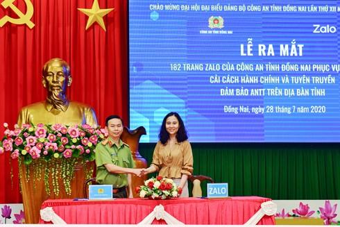 Đại tá Trần Tiến Đạt, Phó giám đốc Công an tỉnh Đồng Nai, và đại diện Dự án Zalo 4.0 ký kết hợp tác.