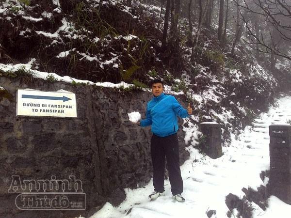 Tuyết rơi trắng xóa Ô Quy Hồ, du khách đổ về Sa Pa ảnh 4