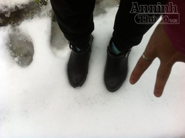 Tuyết rơi trắng xóa Ô Quy Hồ, du khách đổ về Sa Pa ảnh 5