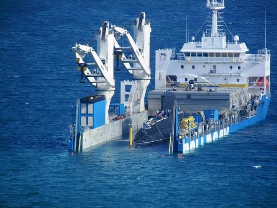 Tàu Rolldock tháo nước vào khoang chứa tàu ngầmKilo Hải Phòng