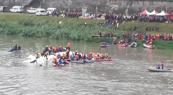 Khoảnh khắc đáng sợ khi máy bay Đài Loan chở 58 người lao xuống sông ảnh 3