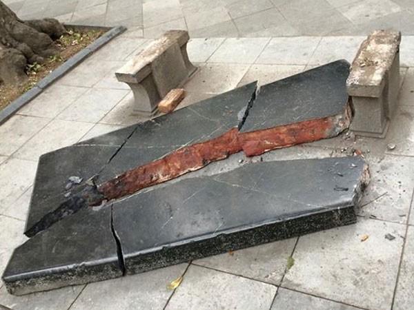Ghế đá trăm tuổi bên Hồ Gươm vỡ tan tành nhiều mảnh ảnh 1