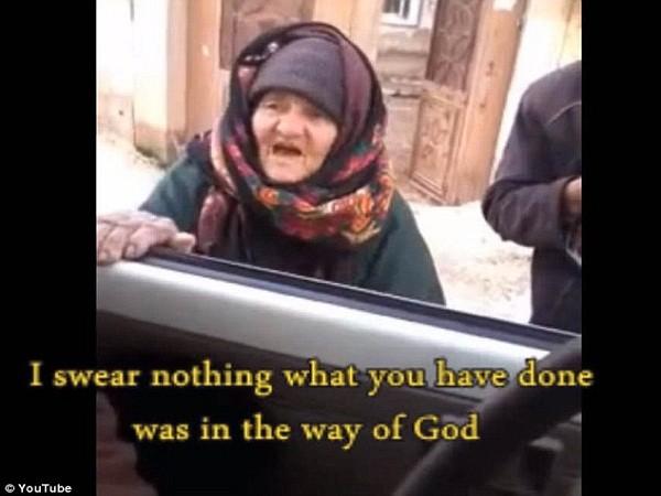 Chiến binh trong xe tỏ ra khó chịu với cụ già và yêu cầu cụ để họ đi
