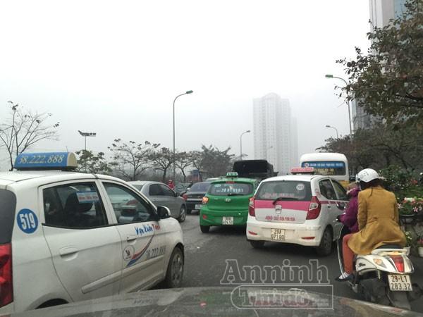Mặc trời mưa rét, người Hà Nội hối hả đổ dồn ra đường ảnh 1
