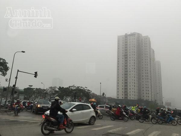 Mặc trời mưa rét, người Hà Nội hối hả đổ dồn ra đường ảnh 6