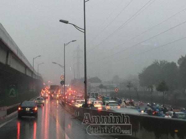 Mặc trời mưa rét, người Hà Nội hối hả đổ dồn ra đường ảnh 4