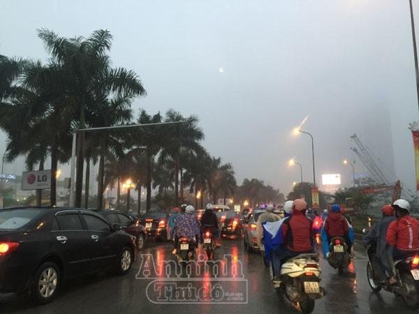 Mặc trời mưa rét, người Hà Nội hối hả đổ dồn ra đường ảnh 3