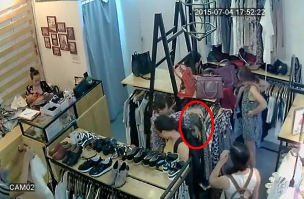 """""""Nữ quái"""" lì lợm, móc túi nạn nhân bằng được trong shop quần áo ảnh 1"""