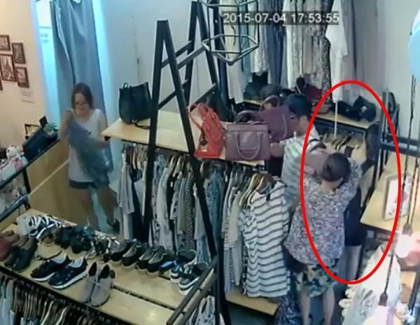 """""""Nữ quái"""" lì lợm, móc túi nạn nhân bằng được trong shop quần áo ảnh 2"""