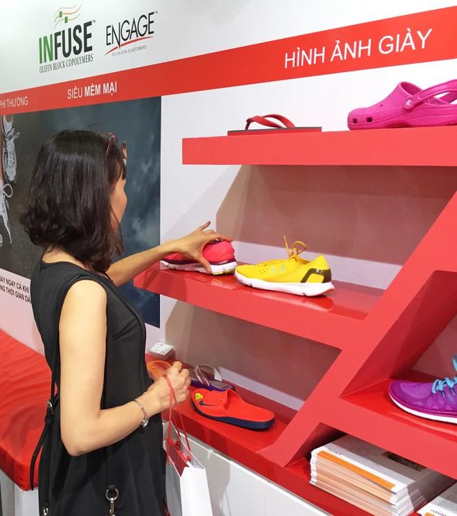 Khách tham quan triển lãm tìm hiểu về sản phẩm giày ứng dụng công nghệ INFUSE của Dow Elastomers