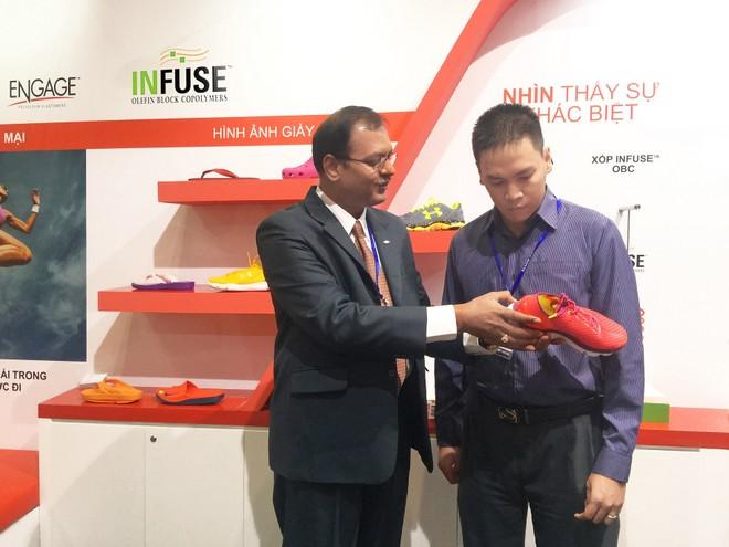 Ông Muthu Subramanian, chuyên gia phát triển cấp cao, bộ phận phát triển và dịch vụ kỹ thuật, Elastomers Đông Nam Á, Công ty Dow Chemical Thái Bình Dương (Singapore), giới thiệu về công nghệ INFUSE với khách tham quan