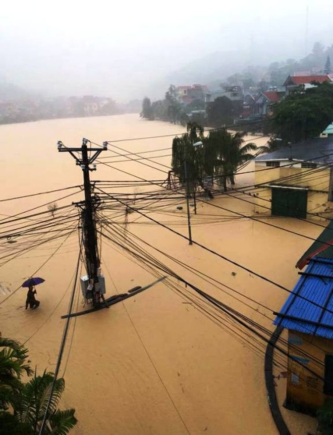 Mưa lớn khiến nhiều nơi bị ngập trong biển nước.