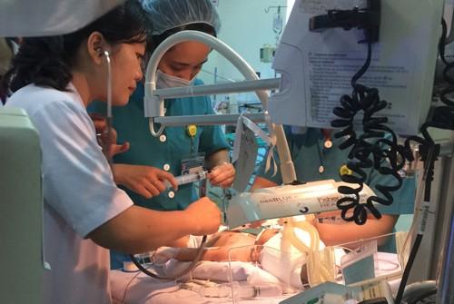 Bộ trưởng Bộ Y tế yêu cầu tập trung cứu chữa bệnh nhi 11 ngày tuổi ảnh 1