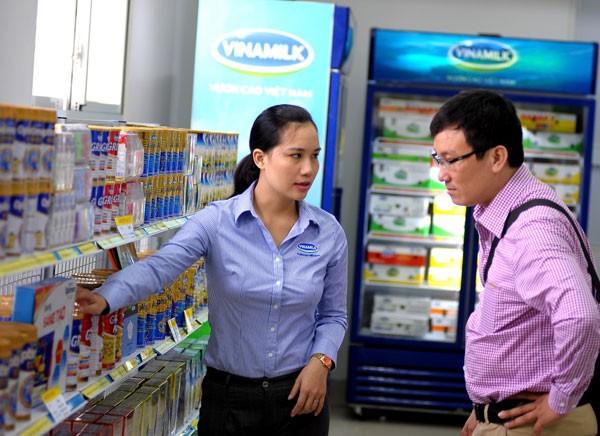 """Khách hàng tham quan điểm bán hàng """"Tự hào hàng Việt Nam"""" tại cửa hàng Vinamilk Nghệ An"""