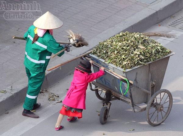 Thăm hai mẹ con đẩy xe rác ngày mùng 3 Tết ảnh 4