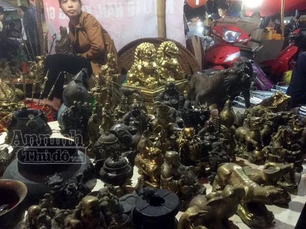 Biển người chen chân 'bán rủi, mua may' ở chợ Viềng lúc nửa đêm ảnh 8