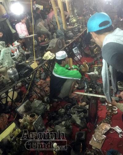 Biển người chen chân 'bán rủi, mua may' ở chợ Viềng lúc nửa đêm ảnh 10