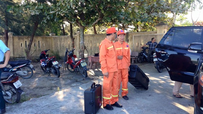 17h, thiết bị dò tìm hộp đen tàu bay của lực lượng tìm kiếm cứu nạn hàng không Việt Nam (Tổng Công ty quản lý bay Việt Nam) được đưa đến cảng Hải đội 2.