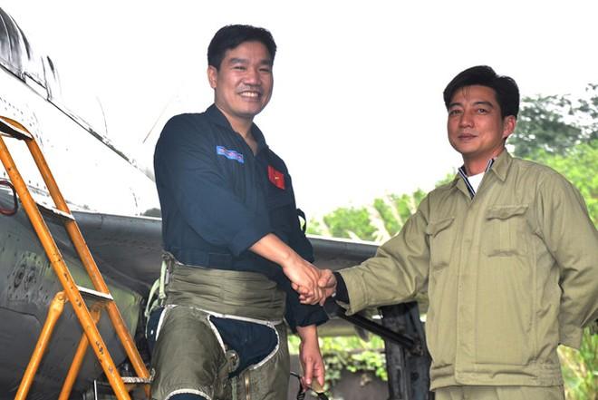 Thiếu tá Nguyễn Hữu Cường, bên trái (Ảnh: Mai Thanh Hải - Thanh Niên)