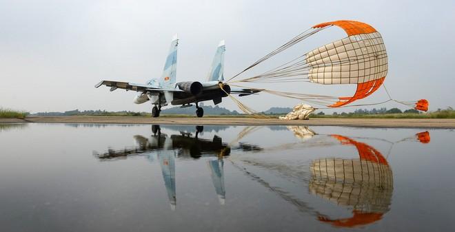 Một chiếc Su-30 của Không quân Việt Nam bung dù, hạ cánh