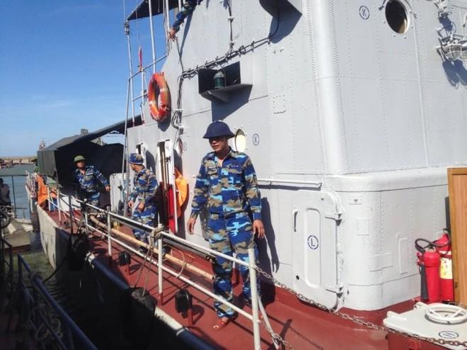 Tàu HQ 211 của Vùng 1 Hải quân cập cảng Hải đội 2, Bộ đội biên phòng Nghệ An để tiếp nhận lương thực, thực phẩm phục vụ cho việc tìm kiếm, cứu nạn máy bay tiêm kích Su-30MK2 mất tích. (Ảnh: Doãn Hòa- Tuổi Trẻ)