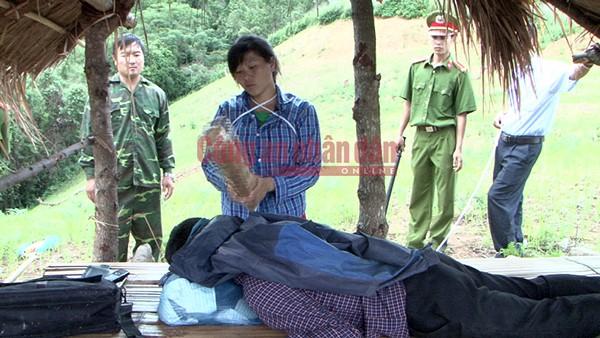 Phàng Thị Ía thực hiện hành vi sát hại anh Vừ A Ly (hình ảnh dựng lại hiện trường)