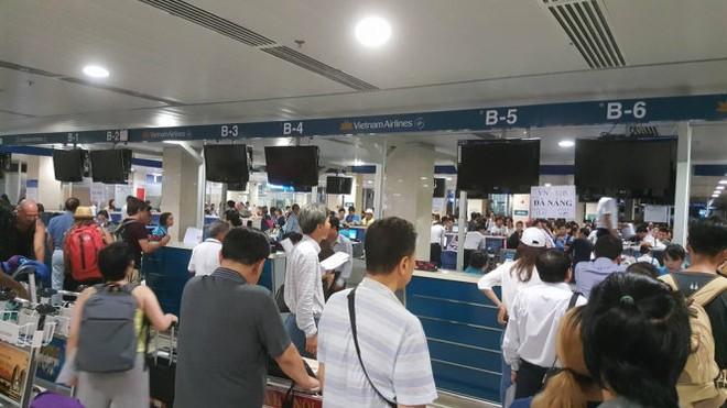 Cơ quan chức năng buộc phải tắt các màn hình tại sân bay Tân Sơn Nhất (Ảnh Tuổi Trẻ)