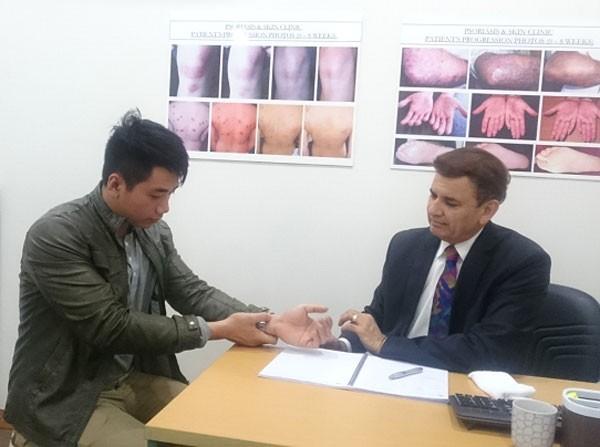 GS-TS, bác sĩ Michael Tirant tư vấn miễn phí cho bệnh nhân vẩy nến.