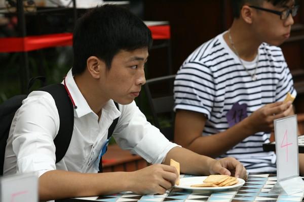 """Hà Nội: """"Phùng mồm trợn mắt"""" thi ăn bánh quy ảnh 1"""