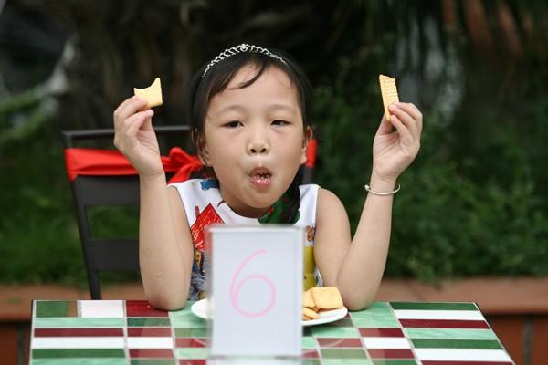 """Hà Nội: """"Phùng mồm trợn mắt"""" thi ăn bánh quy ảnh 6"""