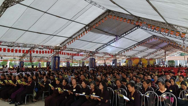 Hơn chục nghìn người đã đến với Đại lễ cầu siêu. Các phật tử tụng kinh từ 4h sáng nay.