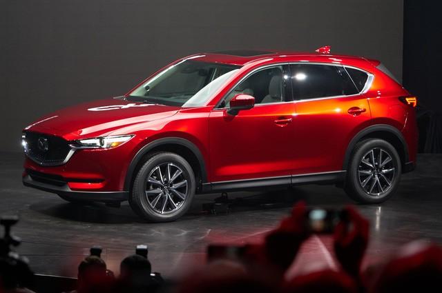 Như đã đưa tin, hãng Mazda chính thức vén màn mẫu crossover cỡ nhỏ CX-5 thế hệ mới trong triển lãm Los Angeles 2016. Có vẻ như Mazda không muốn thua kém đồng hương Honda vốn cũng đã giới thiệu CR-V thế hệ mới cách đây không lâu.