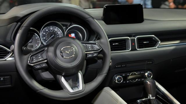 Về an toàn, Mazda CX-5 thế hệ mới có hệ thống kiểm soát hành trình bằng radar và nhận diện biển báo giao thông. Tính năng này có thể đọc giới hạn tốc độ và những biển báo khác rồi hiển thị trên màn hình 4,6 inch. Thêm vào đó là hệ thống kiểm soát mô-men xoắn giúp cải thiện cảm giác lái và khả năng xử lý cho xe.