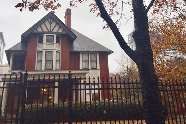 Căn nhà nhìn từ bờ rào