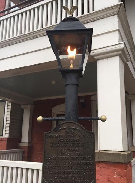 Cây cột đèn thắp sáng ngay từ cửa vào