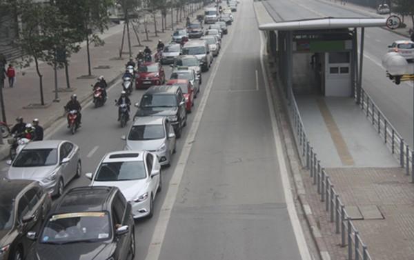 Đoàn xe xếp hàng thẳng tắp trên phố Tố Hữu dù không có xe buýt nhanh chạy qua. Nguồn: VnExpress