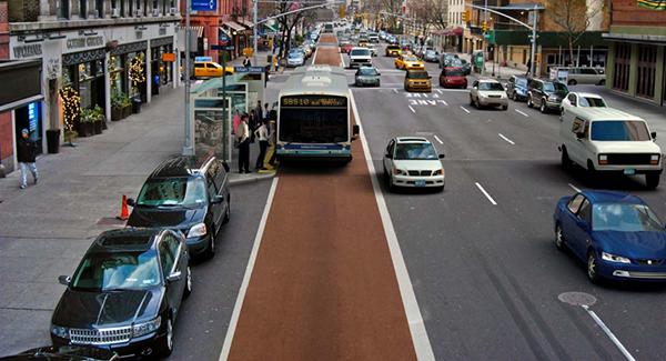 Hình ảnh xe buýt nhanh chạy trên đường ở thành phố New York, Mỹ. Không phải năm bảy làn đường như trong phim hành động Hollywood, dù chỉ có 4 làn đường (1 làn để dừng, đỗ xe) nhưng xe buýt nhanh vẫn hoạt động bình thường. Làn đường dành cho xe buýt BRT được sơn màu đỏ nổi bật.