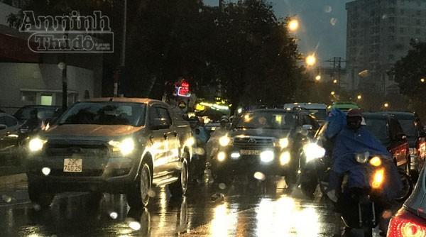 Mưa gió dịp giáp Tết... khiến đường phố Hà Nội ùn tắc liên miên