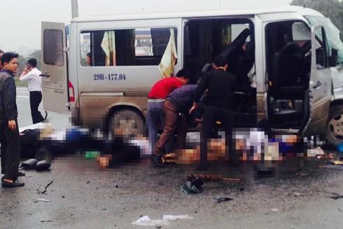 Nhiều nạn nhân bị văng ra khỏi xe khách.